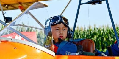 Cậu bé bại não được bố nuôi dạy trở thành 'thần đồng nỗ lực', đạt 11 kỷ lục Guinness thế giới