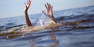 Xót xa hướng dẫn viên du lịch nhảy xuống biển cứu 2 cháu bé bị đuối nước