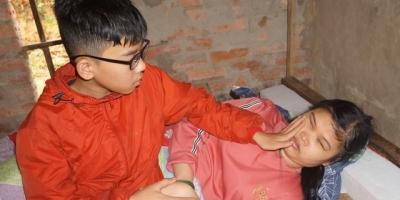 Xót xa cảnh mẹ mù cầu xin chữa mắt cho con, ông Đoàn Ngọc Hải nhận chu cấp tiền sinh hoạt hàng tháng