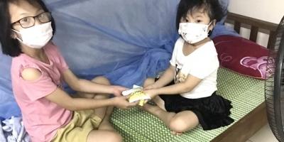 Xót xa cảnh 2 đứa trẻ tự chăm nhau trong khu cách ly sau khi bố là bệnh nhân COVID-19 qua đời