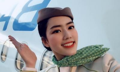 Nhan sắc đời thường cực xinh đẹp của nữ tiếp viên hàng không chào khách bằng điệu múa đương đại
