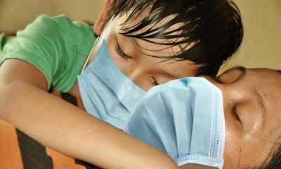 Cậu bé 10 tuổi mồ côi cha 'cầu xin mẹ đừng chết, đừng bỏ con đi'